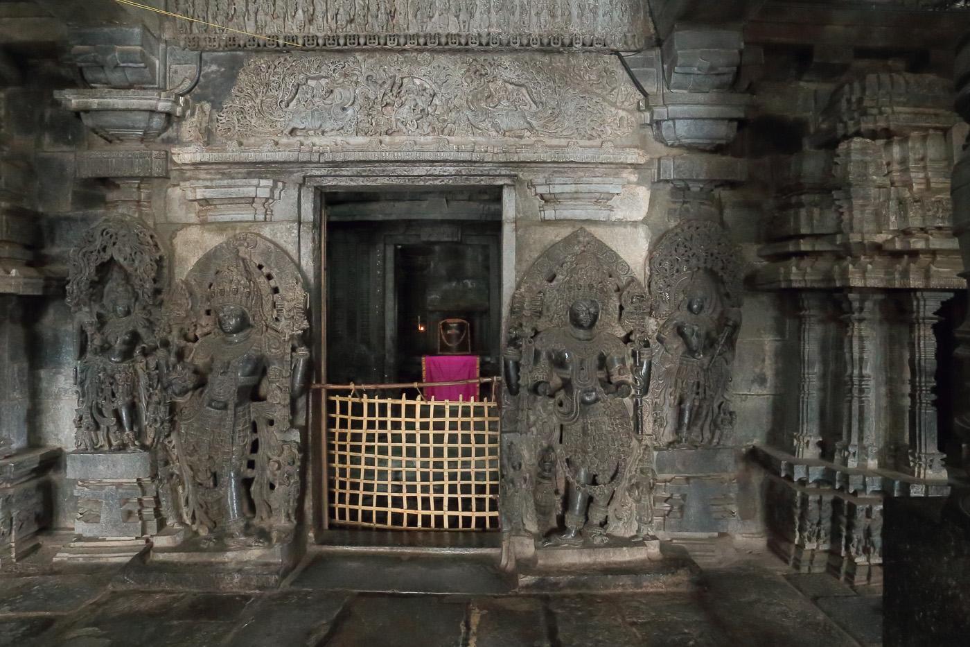 Фото №4. Храм Hoysaleshwara Temple в городе Халебиду, алтарь с лингамом. Рассказы о путешествии по Индии. Поездка в Карнатаку. 1/8, -1 eV, f9, 17 mm, ISO 12800