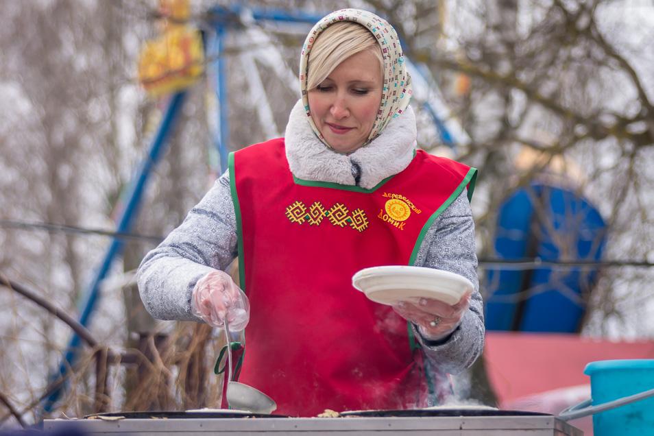 Наталья Владимировна Киреева печёт блины