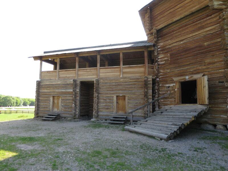 Рубленые тарасами стены Сумского острога с внутренней стороны