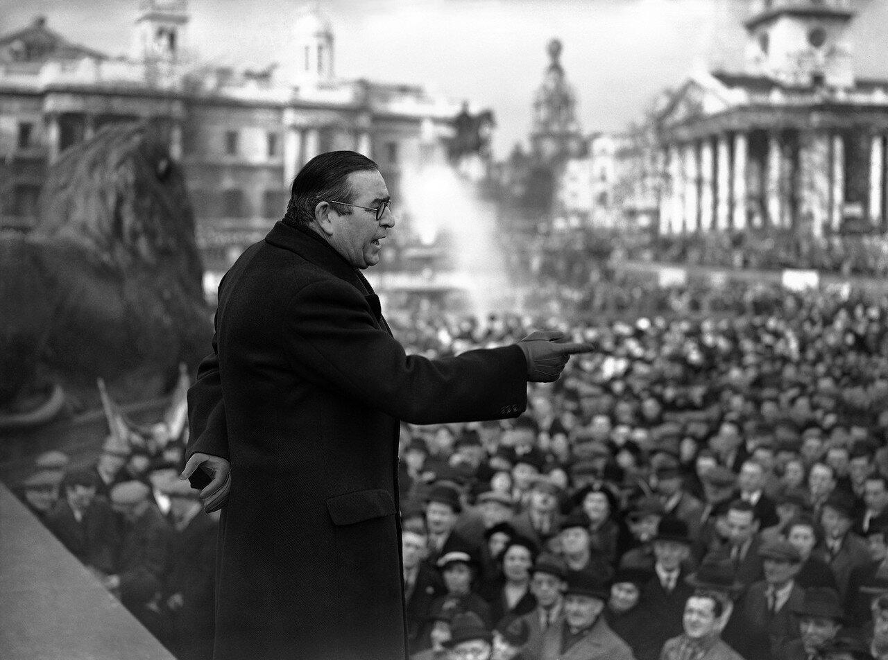 1939. 26 февраля. Около двадцати членов парламента выступили на массовой демонстрации протеста против предательства испанской демократии. Выступает лорд Страболджи