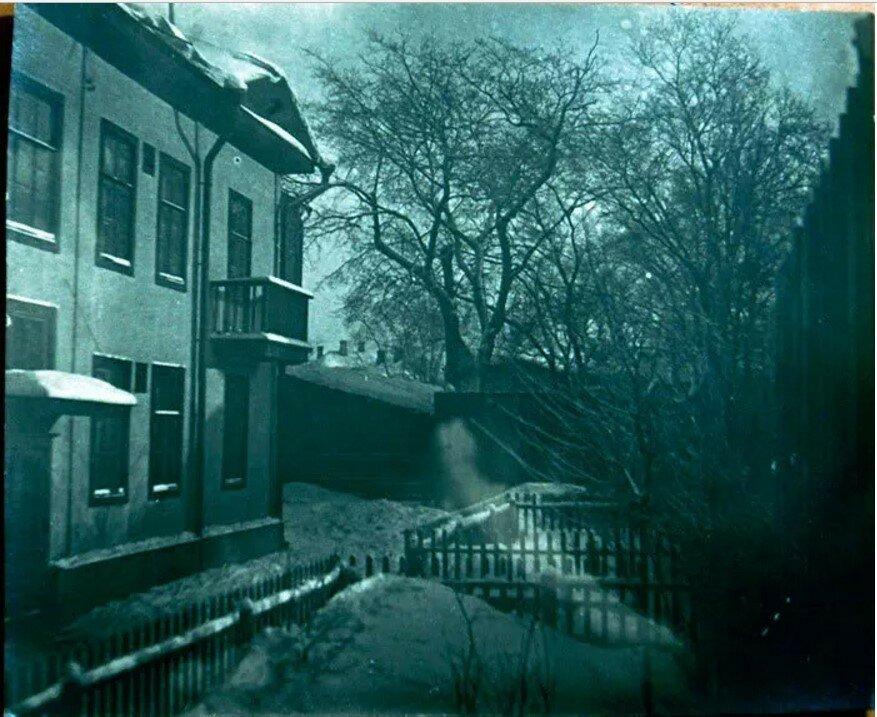 1936. Двор и старый дом на улице Образцова (фотограф Анатолий Крымский)