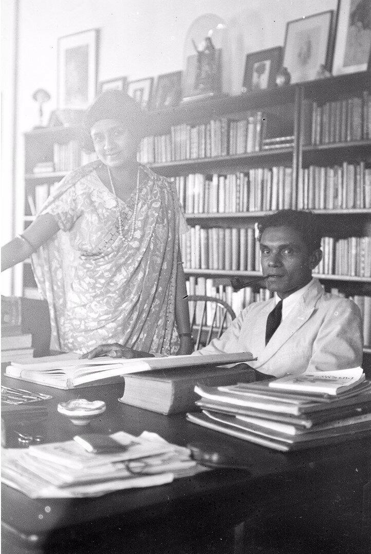 19. Писатель и историк искусства Лионель де Фонсека и его жена за столом своего дома в Коломбо