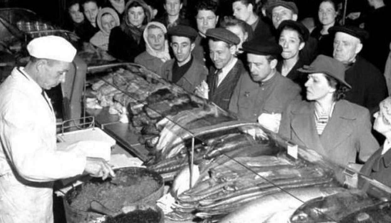 1947. Москва. Очередь у прилавка в Елисеевском