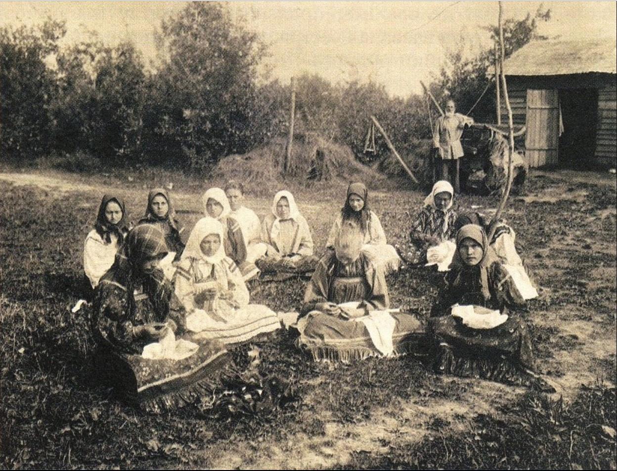 16. Вышивальщицы на лугу (Россия)