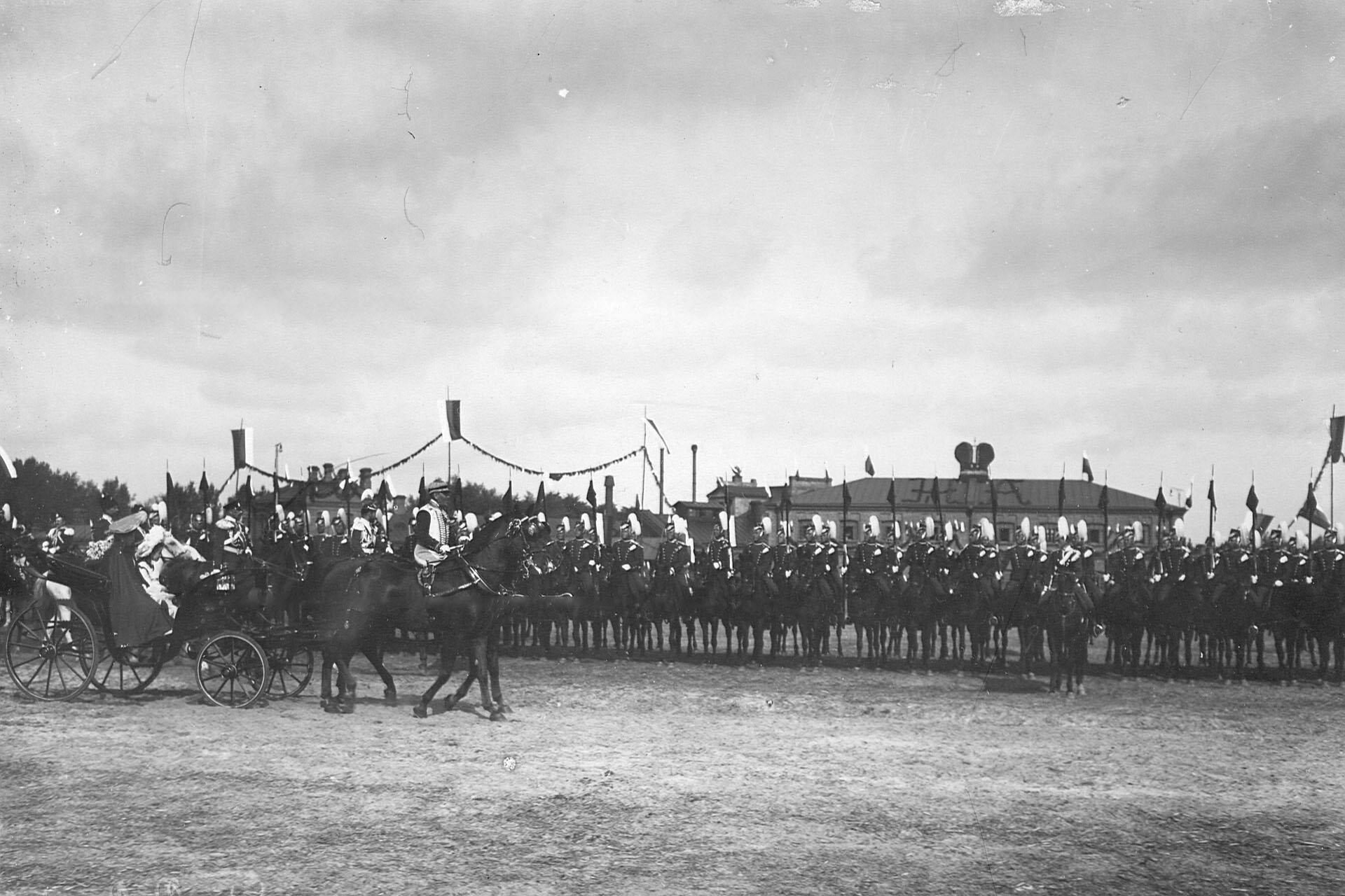 Император Николай II  и императрица Александра Федоровна с дочерью объезжают фронт  выстроившегося для парада полка в день празднования 250-летнего юбилея полка
