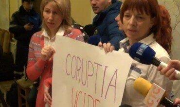 Группа родителей устроилa протест на заседании мэрии