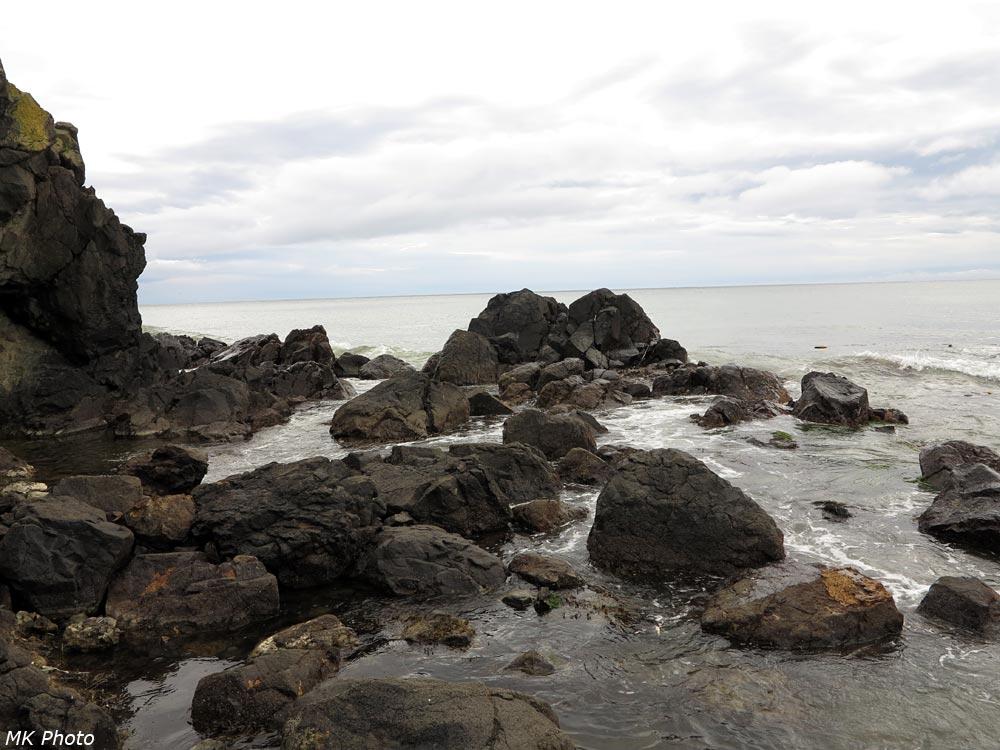Камни у скалистого мыса
