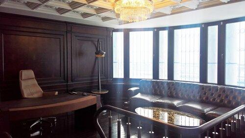 кабинет в классическом стиле, панорамное окно, столик из янтаря