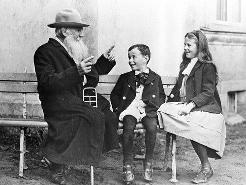 Л.Н. Толстой рассказывает внукам сказку об огурце.jpg