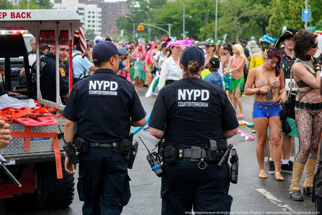 6. Еще в толпе ходили сотрудники контртеррористического подразделения нью-йоркской полиции, которые