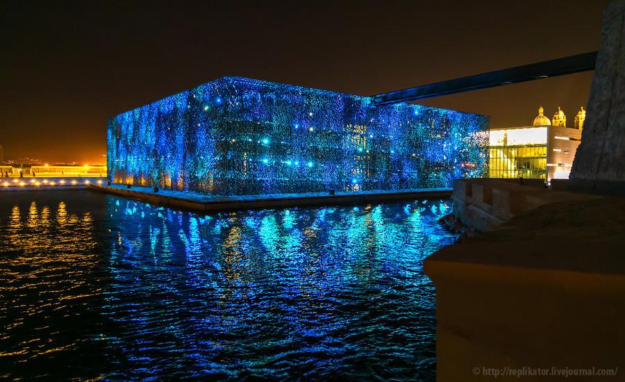 27. Эта длинная рельса, тянущаяся по воздуху к синему светящемуся зданию — на самом деле мостик-пере