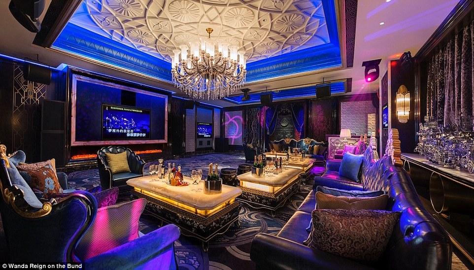 В отеле также есть, пожалуй, самый роскошный караоке-зал — Universe KTV. В каждом из закрытых клубны