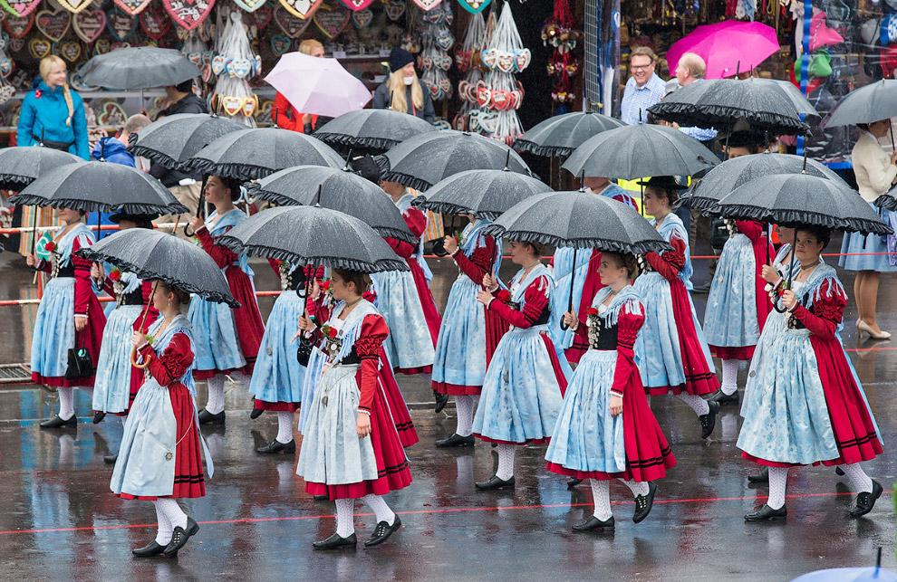 Многие немецкие семьи посещают Октоберфест только с детьми. Ведь фестиваль — это не только пиво. Ест