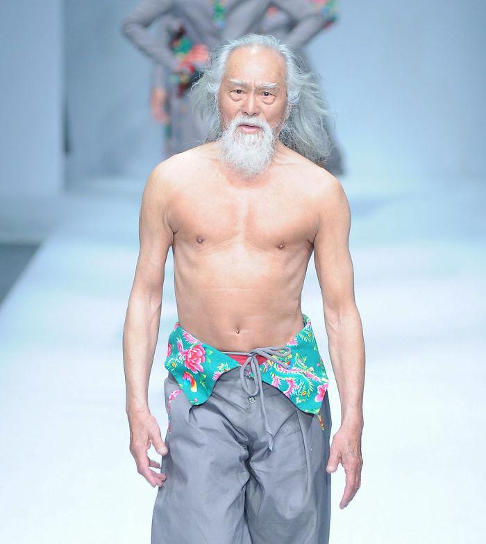 За подтянутое тело и безграничное обаяние Ванга прозвали «самым горячим дедом Китая». С этим сложно