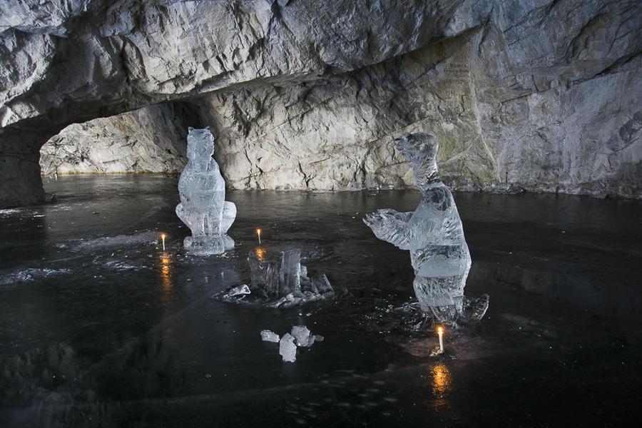 22. Внизу пещера украшены выставленными прямо на лед свечами и несколькими ледяными скульптурами. У
