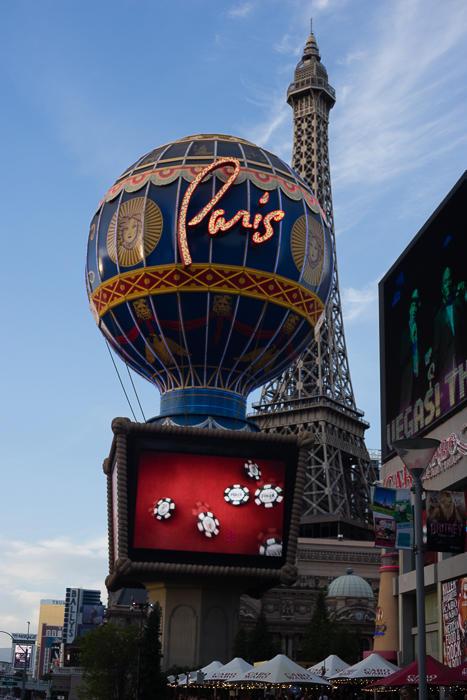 16. Например гостиница Париж — Эйфелева башня в 50% величины, внутри имитация францизского гор