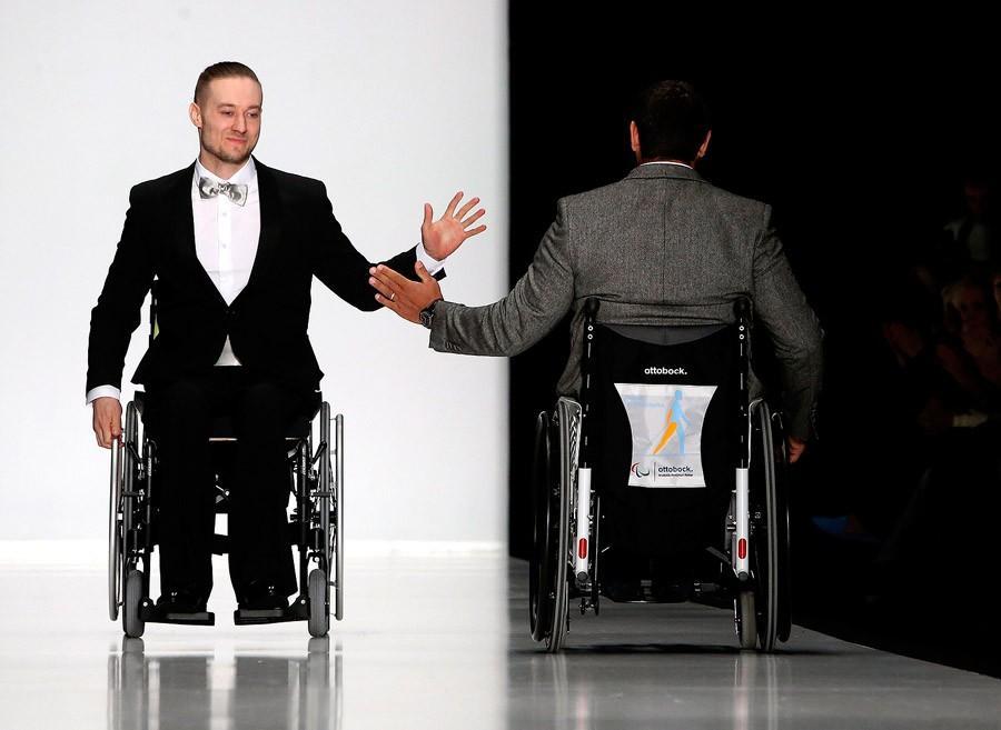 Мода для всех: показ коллекции одежды для людей с ограниченными возможностями (15 фото)