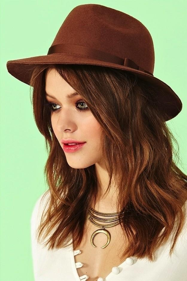 9. Хотя вот такие шляпы из фетра часто носят пожилые мужчины, они идеально подойдут девушкам к футбо
