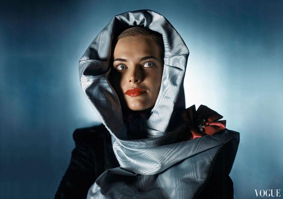 14. Актриса Лорен Бэколл в укороченном костюме с топиком от Би. Эйч. Урэгги. Фото Джон Роулингс