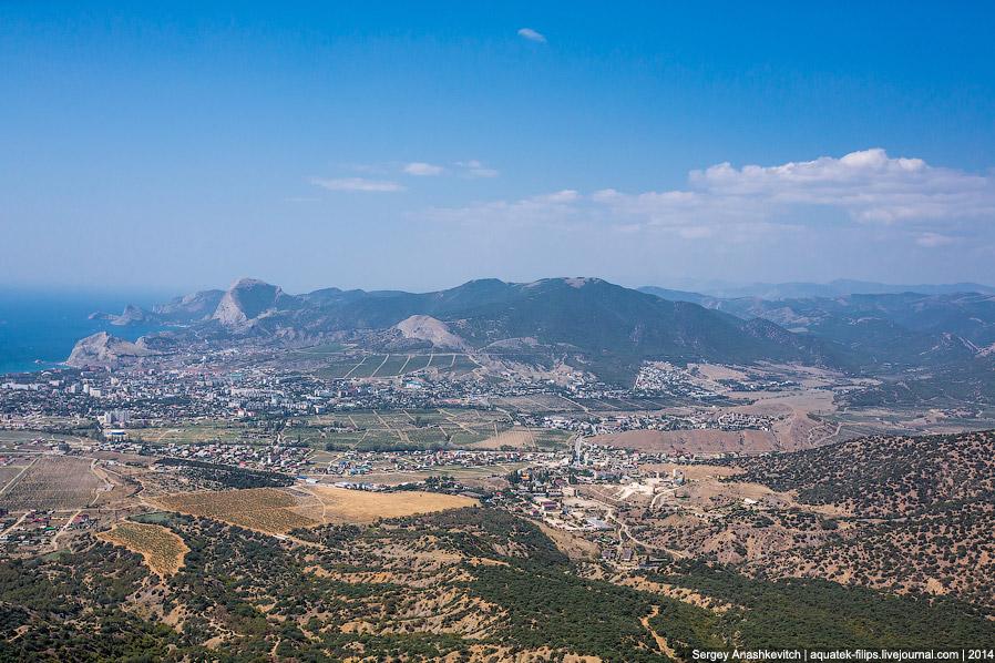 14. Отсюда хорошо видно и Генуэзскую крепость, и гору Сокол, и мыс Капчик, и гору Коба-Кая с ее