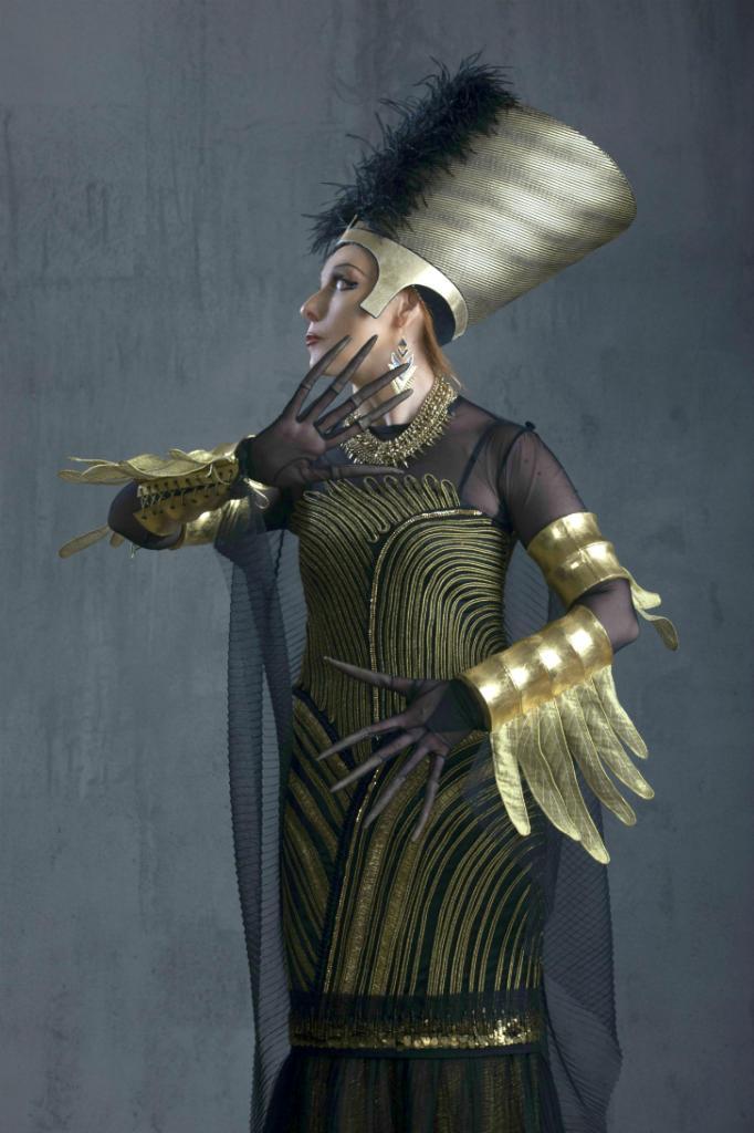 А вот и сама царица Ночь, во дворце которой таятся все несчастья и болезни мира. Ее египетский к