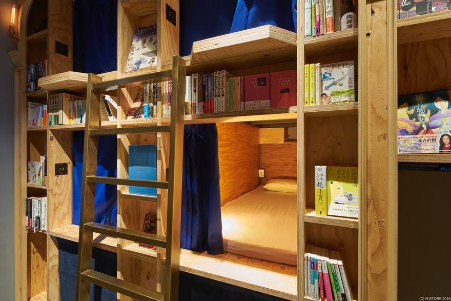Новый тематический хостел в Киото предлагает переночевать на книжной полке
