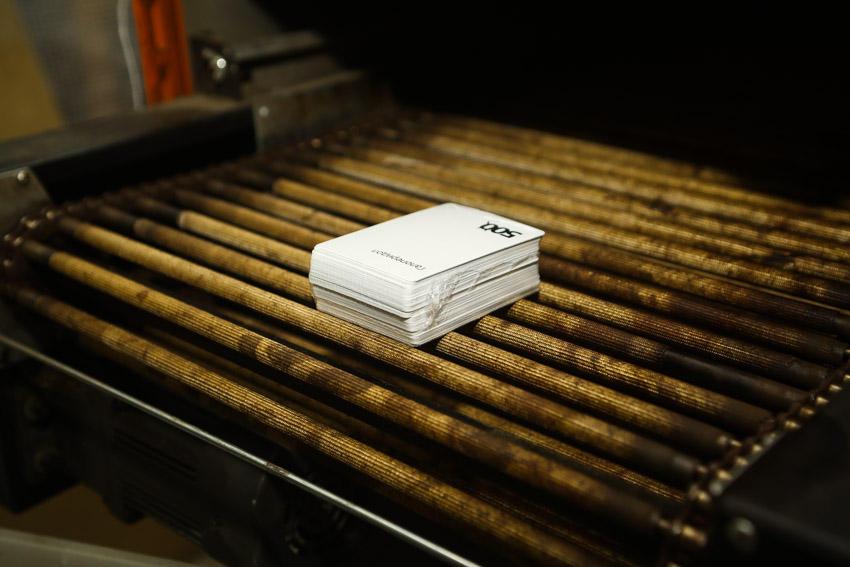 47. Затем захлопывает печь (край крышки отрезает плёнку, коробка оказывается в пакете типа того, что