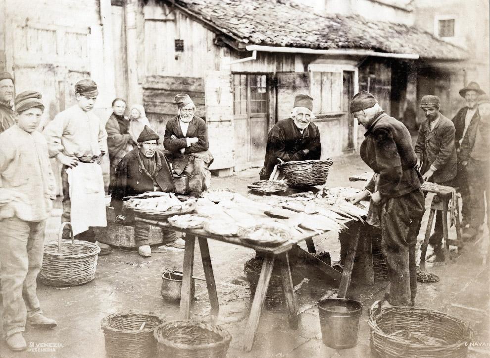 28. Старики и рыболовное судно в Кьоджа, 1870 год.