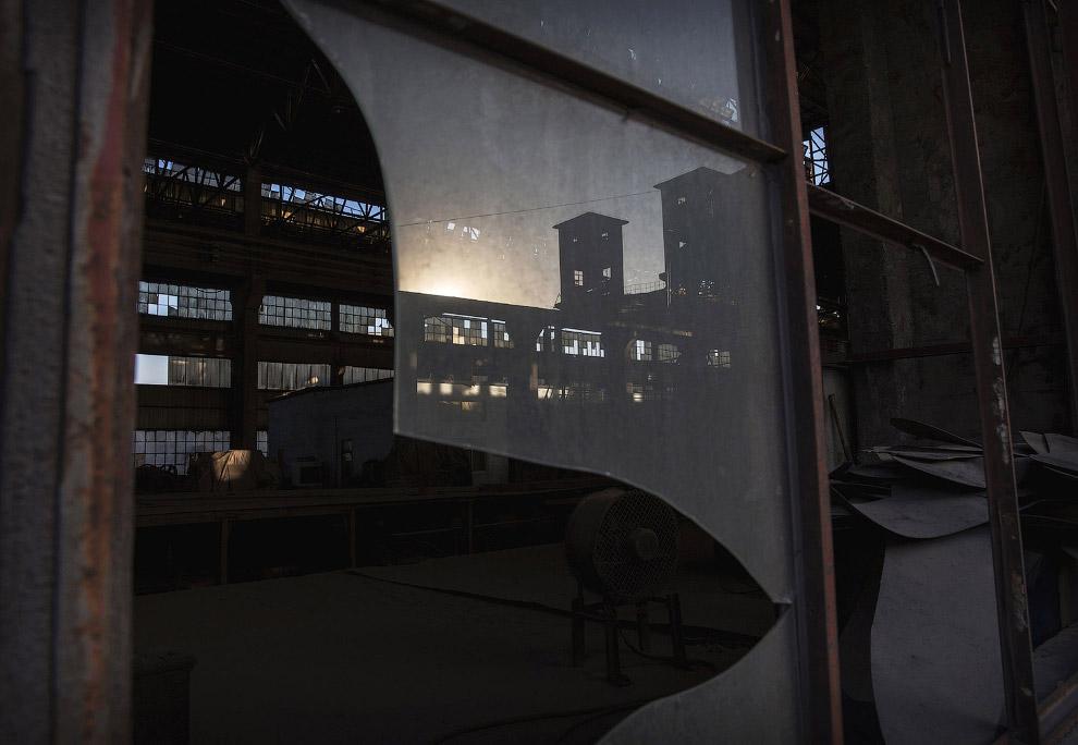 12. Во внутрь еле пробивается солнечный свет. Этот металлургический завод был закрыт в 2014 год