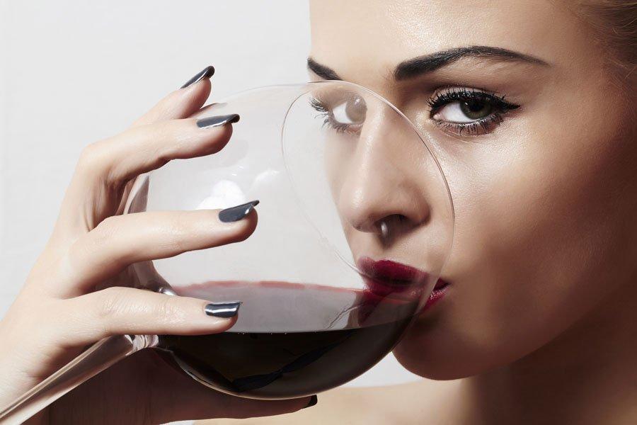 Ученые: Бокал вина вдень спасет отишемического инсульта