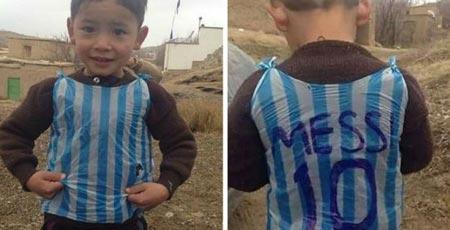 Месси встретился сафганским парнем, который сделал его футболку изпакета