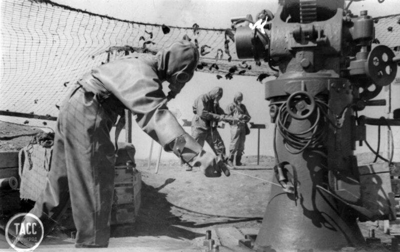 Краснофлотцы устраняют последствия обстрела химическими снарядами во время учебной химической тревоги на зенитной батарее. Май 1942 г.