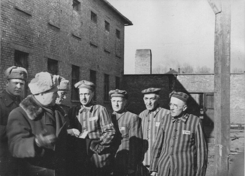 Бывшие узники концлагеря Освенцим демонстрируют советским офицерам виселицу, стоящую во дворе одного из блоков