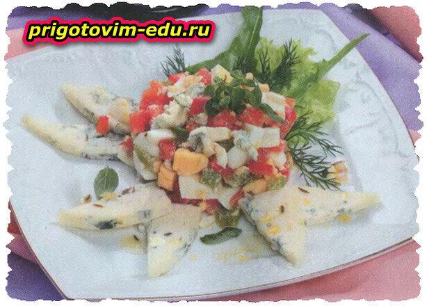 Яичный салат с перцем и рокфором