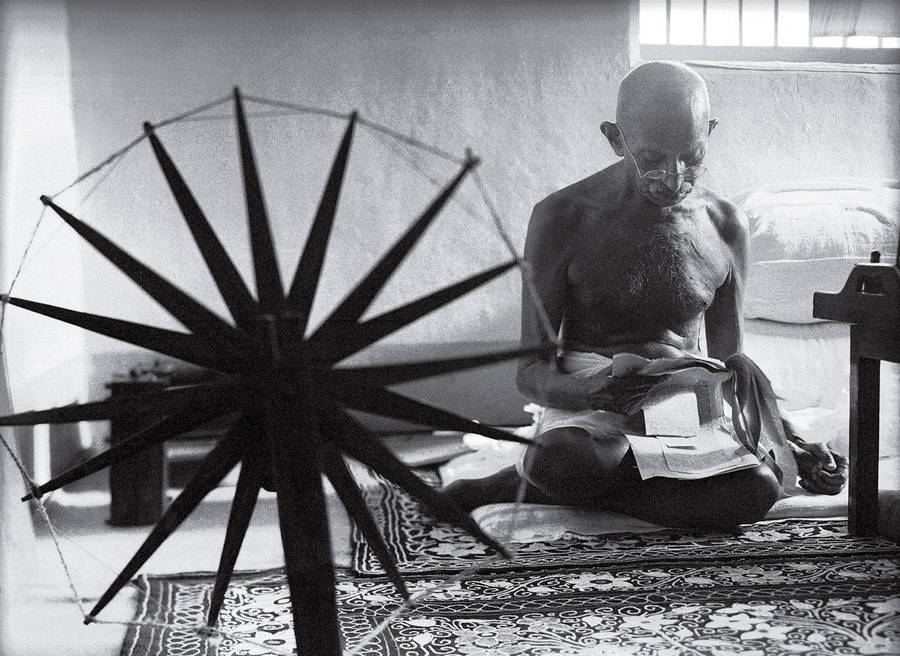 Gandhi and the Spinning Wheel / Margaret Bourke-White / 1946
