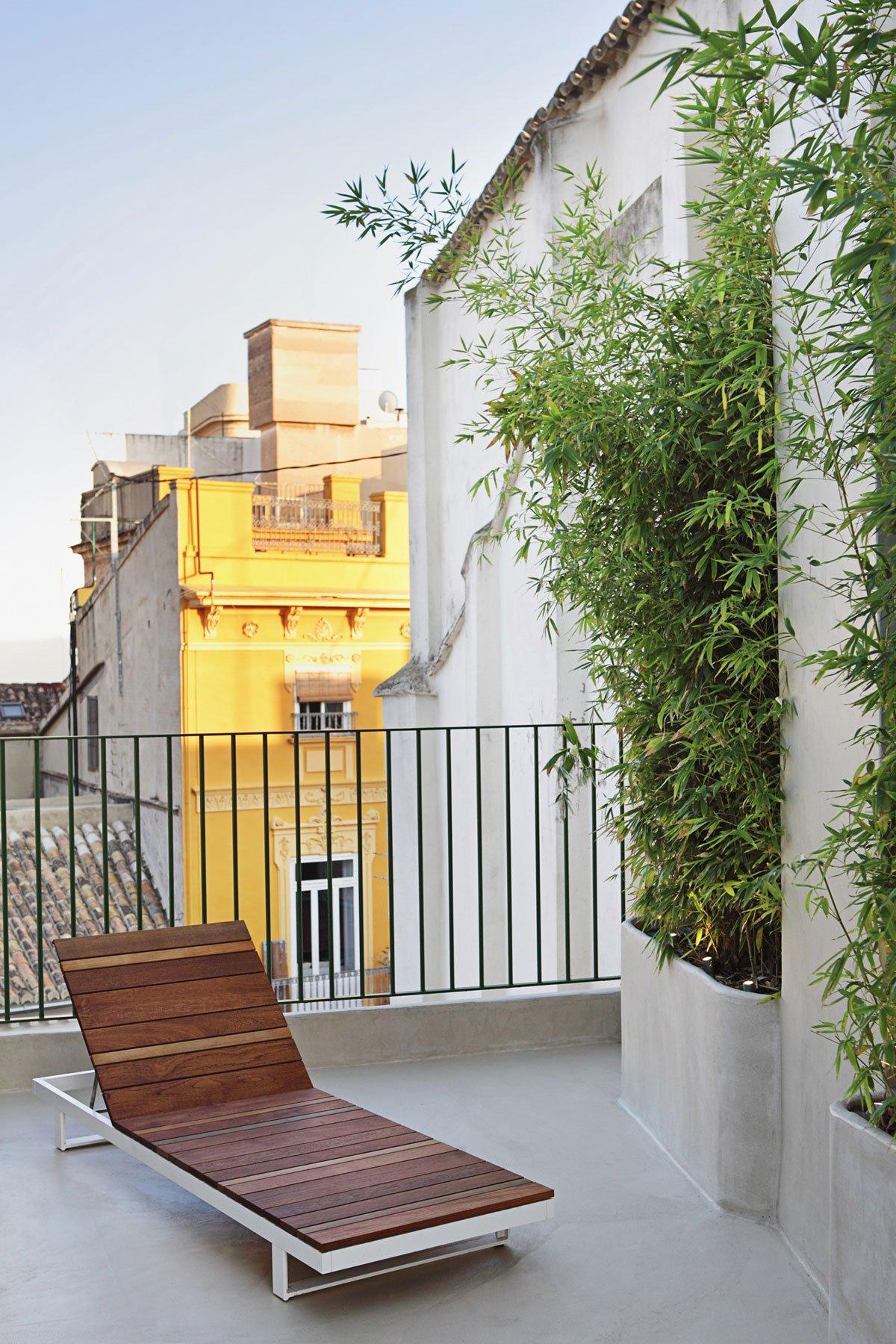 Шезлонг на балконе квартиры