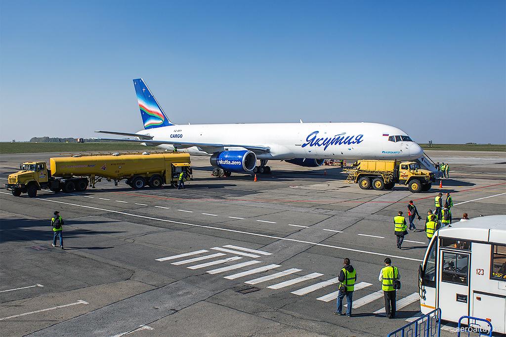 Грузовой самолет Боинг 757 авиакомпании Якутия карго в аэропорту Барнаул