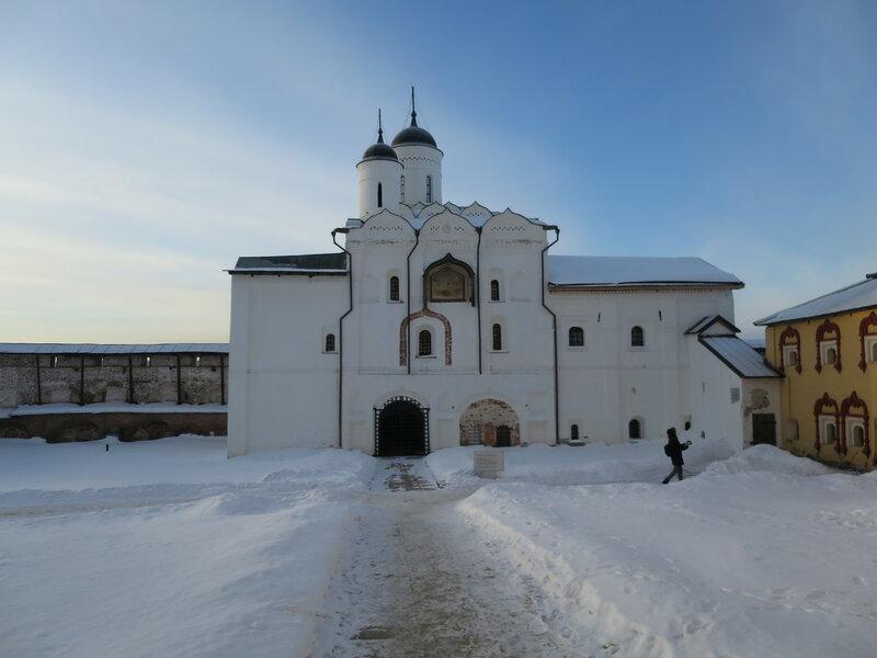 Кирилло-Белозерский монастырь. Церковь Преображения (9) с воротами