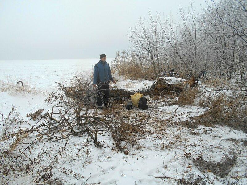 На привале ... В походе декабрьском, снежно-туманном,