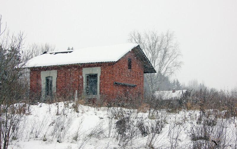 Кирпичный домик возле моста через реку Вазуза на перегоне Новодугинская - Сычёвка