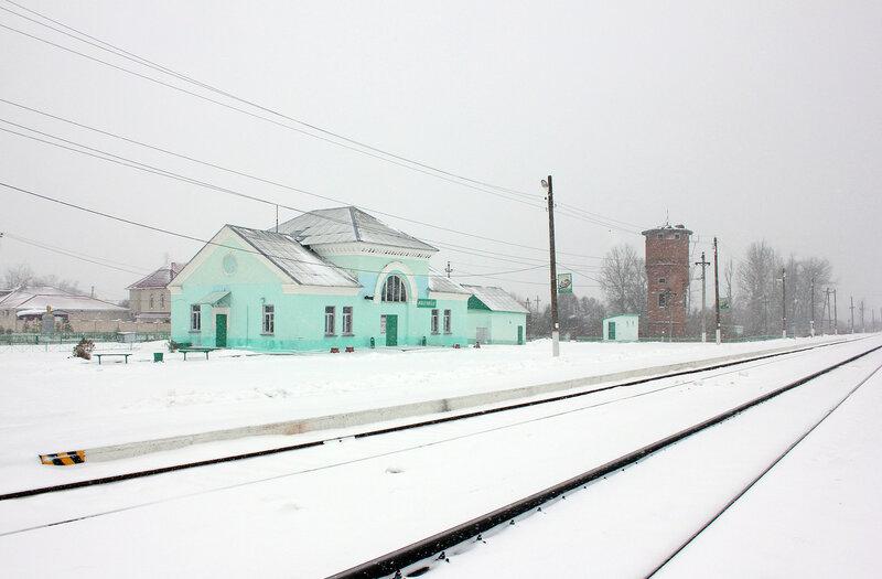 Платформа, здание ДСП и водонапорная башня на станции Новодугинская