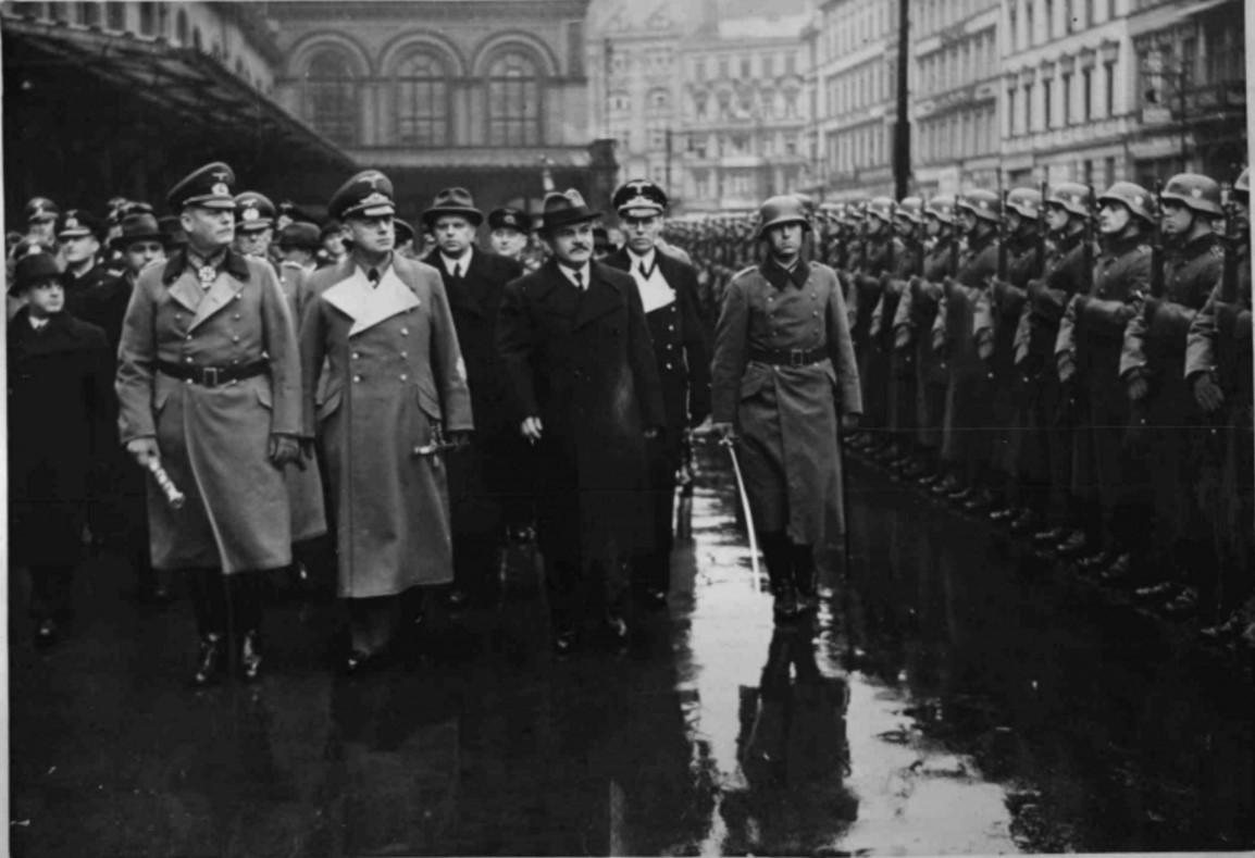 1940. 12.11. Молотов с Риббентропом и Кейтелем на железнодорожной станции в Берлине