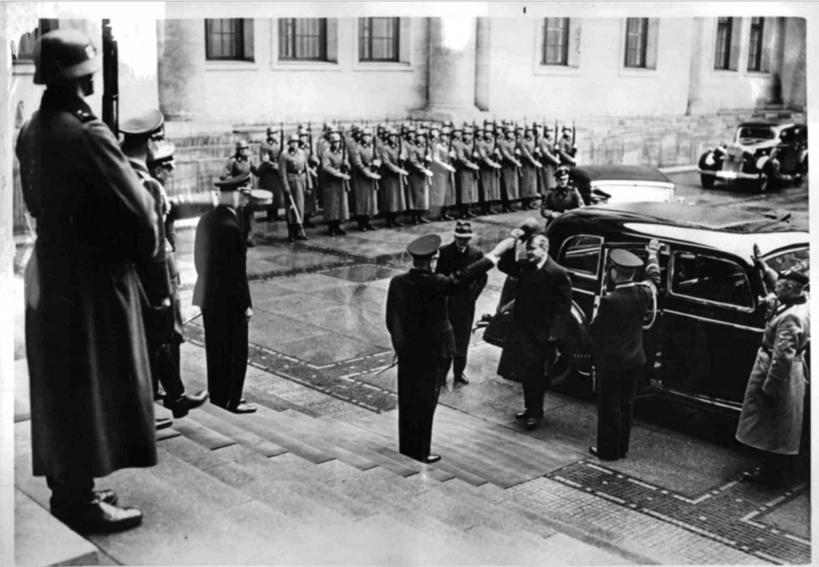 1940. 12.11. Молотова во дворе рейхсканцелярии встречает начальник личной канцелярии Гитлера доктор Мейснер
