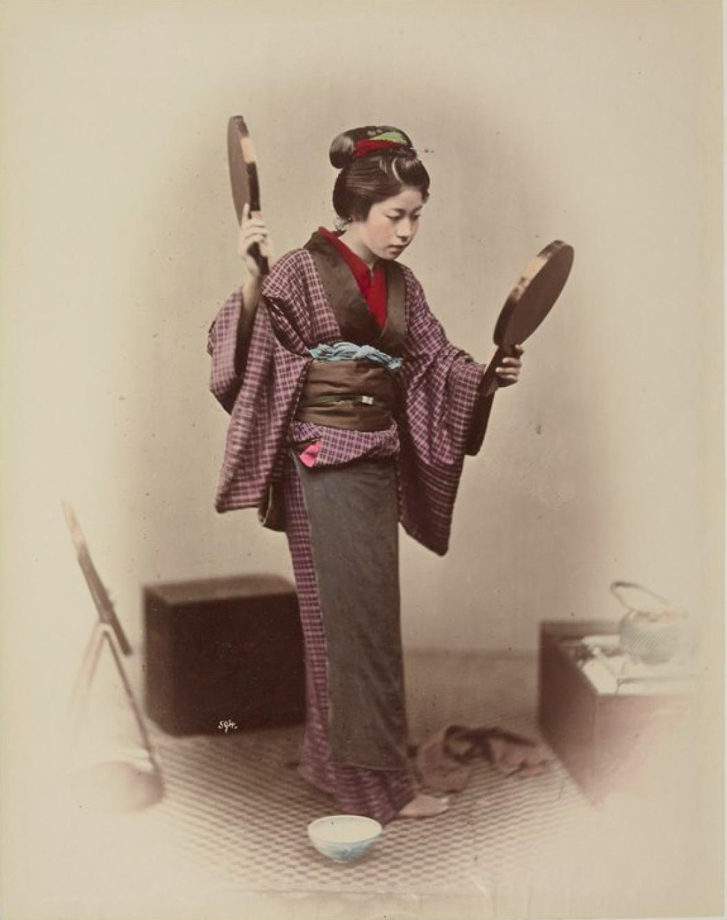 Молодая женщина с двумя зеркалами