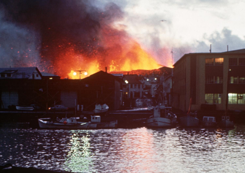 24 января. Вид города со стороны моря во время извержения
