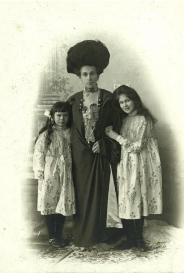 1903. Зинаида Григорьевна Морозова с дочерьми Марией и Люлютой
