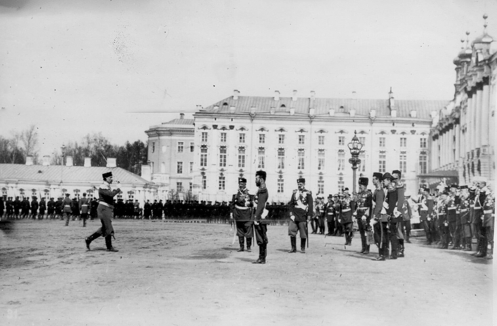 Командующий парадом подходит к принимающему парад императору Николаю II