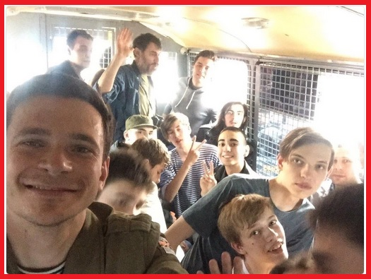 Илья Яшин и другие задержанные в автозаке