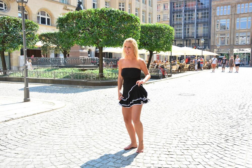 Люси разделась и прогулялась по Лейпцигу
