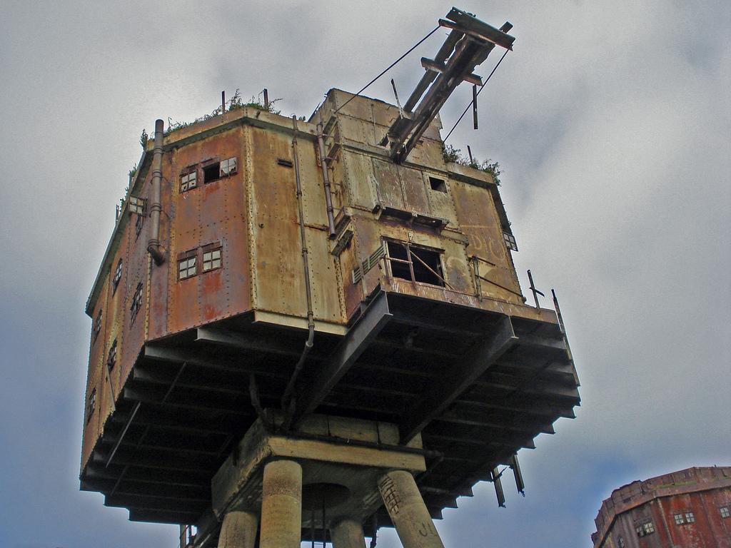 9. Адмиралтейство дало Монселлу задачу построить пять морских фортов. Фундаменты каждого затопили та